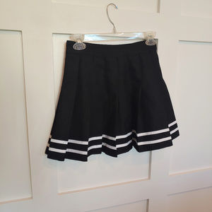 H&M Pleated Black and White Skirt (size 4)
